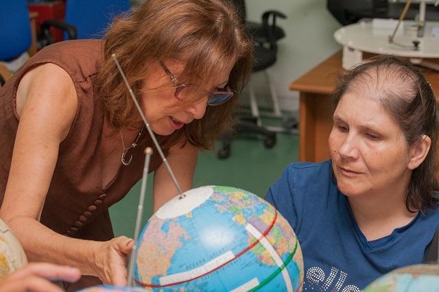 Nicoletta sente la spiegazione sulla superficie terrestre di Alida