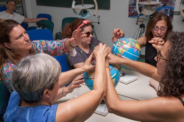 Lory, Sabrina, Simona guidate da Amelia e Alida vanno alla scoperta del mappamondo braille