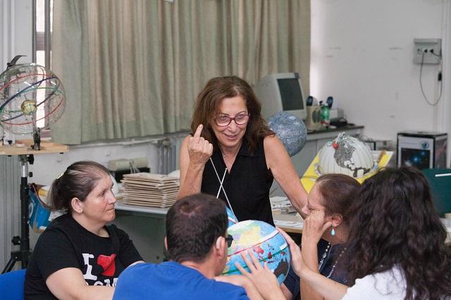 Manuela, Laura, Nicoletta e Vincenzo iniziano la loro lezione sulle stagioni con Alida