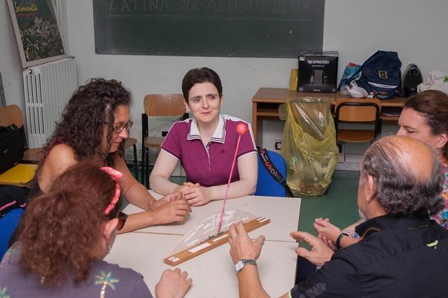 Sabrina, Raffaella, Lory, Simona ascolatano la spiegazione di Andrea