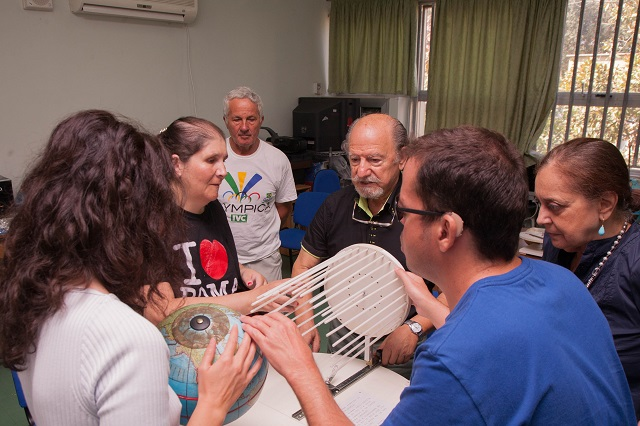 Vincenzo, Manuela, Laura e Nicoletta con il rotogeo ascoltano la spiegazione sulle stagioni di Andrea