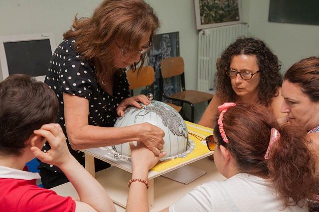 Alida mostra a Raffaella, Simona, Sabrina e Loredana il globo con i fusi