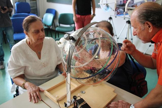 Andrea spiega a Nicoletta e Laura quanto sia apparente il moto della volta celeste, e' la terra che gira