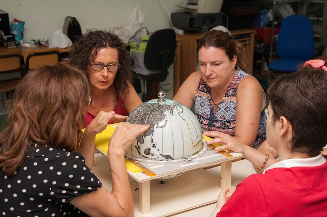 Loredana, Sabrina, Simona e Raffaella sentono la spiegazione di Alida sui meridiani