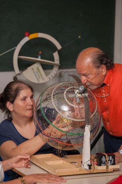 Nicoletta osserva il movimento della Terra