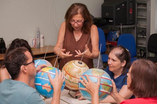 Alida spiega a Nicoletta, Vincenzo, Laura e Manuela i meridiani e i paralleli