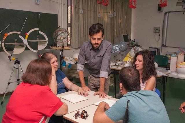 Andreino spiega a Vincenzo, Nicoletta, Laura e Manuela come e' fatta una galassia