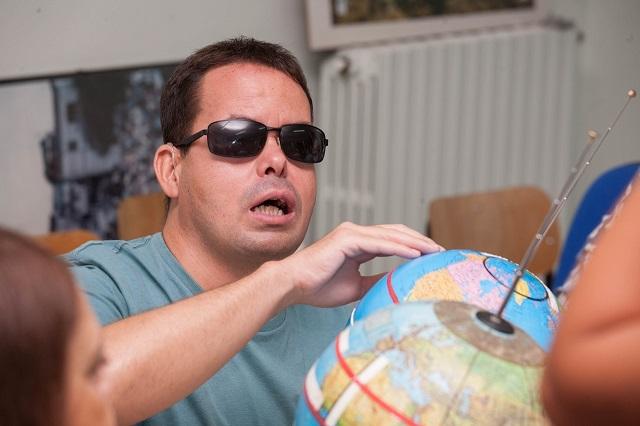 Vincenzo osserva il globo