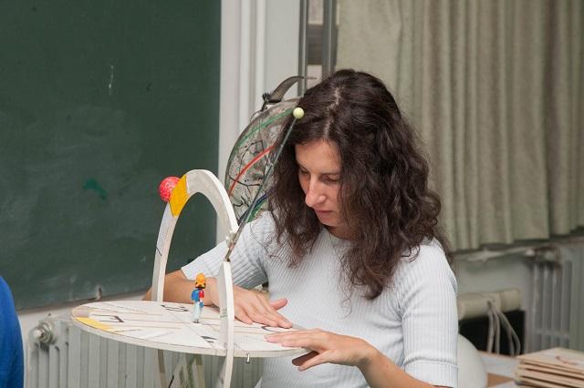 Manuela legge velocemente tutte le scritte sull'orizzonte variabile