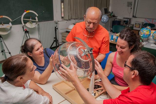 Andrea mostra a Vincenzo, Manuela, Laura e Nicoletta il moto della Terra