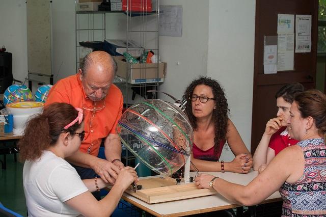 Andrea mostra il moto su se stessa della Terra a Simona, Sabrina, Lory e Raffaella