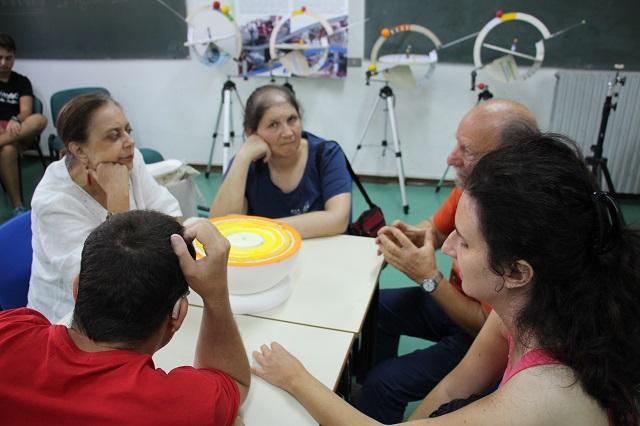 Andrea spiega a Nicoletta, Laura, Vincenzo e Manuela gli strati interni della Terra