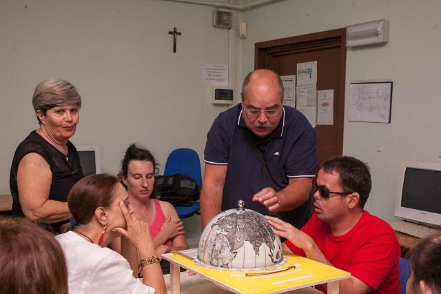 Vincenzo, Manuela, Laura e Nicoletta ascoltano la spiegazione di Paolo sui meridiani